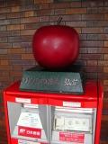 JR弘前駅 ポストの上のりんご