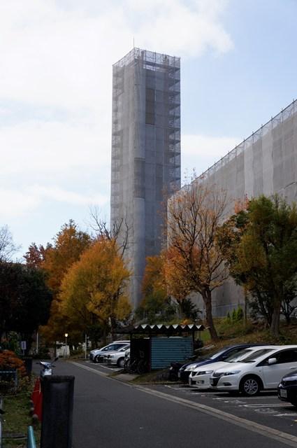 塗り替え中の公団寝屋川団地給水塔