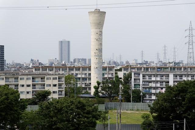東京都営高砂アパートの給水塔と住棟