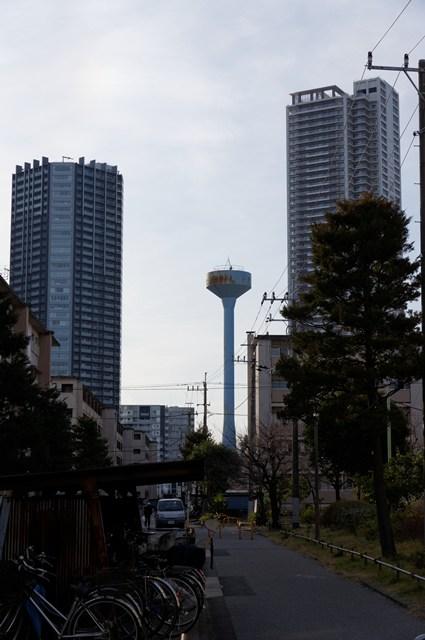 都営辰巳一丁目アパート給水塔2号と高層マンション
