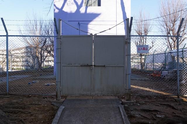 公団宮向団地給水塔の出入り口