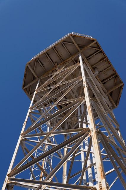 下から見上げた神奈川県営柏尾団地の給水塔