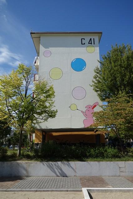 公団寝屋川団地のシャボン玉うさぎ壁画