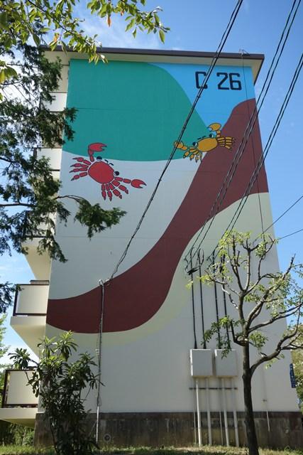 公団寝屋川団地のサイケかに壁画