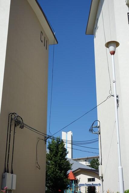 住棟の間から見た公団寝屋川団地給水塔