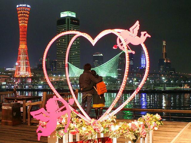 バレンタインオブジェと神戸の夜景を鑑賞するカップル
