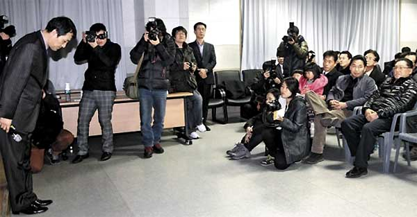 京畿道華城市東灘1洞の住民センターで30日午後、フッ酸事故に関する住民への説明会が開催された。説明会に出席したサムスン電子半導体環境安全チームのキム・テソン専務は、住民に頭を下げて謝罪した。/写真提供=NEWSIS