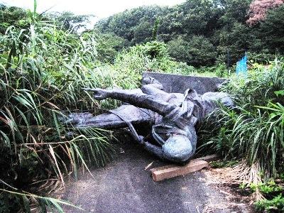 横倒しで野ざらしにされたアタチュルク像