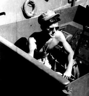 PT-109操舵席のケネディ中尉