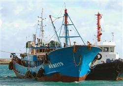 沖縄県・石垣港に到着した中国トロール漁船=8日午後