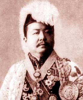 タイの大礼服を着用した政尾藤吉