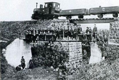 ひめゆり橋を渡る沖縄県営軽便鉄道前に並んだ女学生