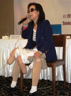 北朝鮮での体験を話す脱北者の女性