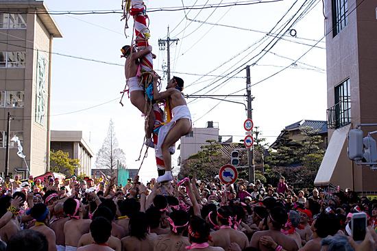 はだか祭なおい笹に登る男たち
