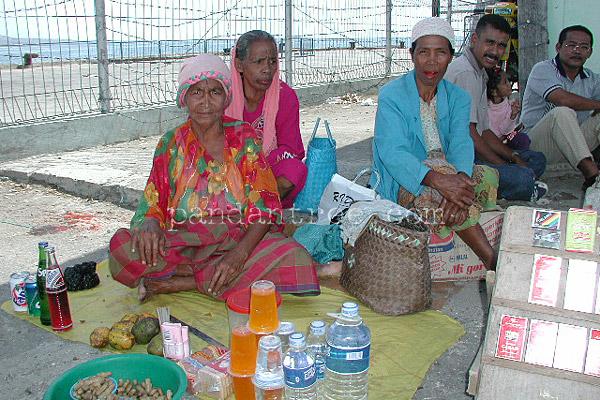 インドネシアの港の人々