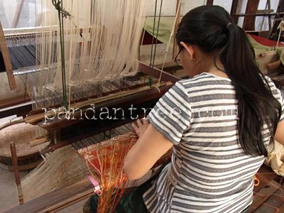 ラオスの織り風景