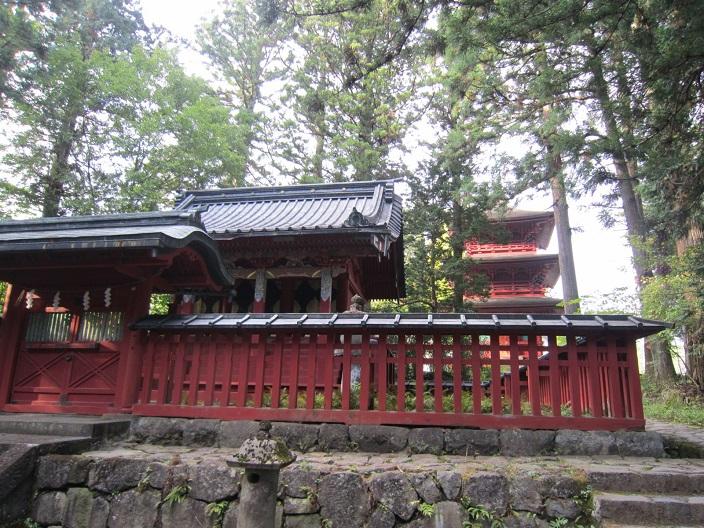 本宮神社本殿と四本竜寺の三重塔