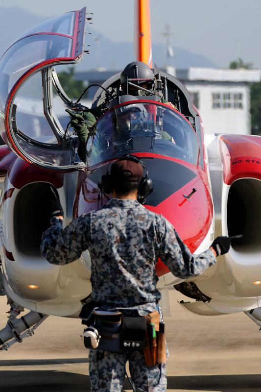 航空自衛隊創設60周年 芦屋基地 第13飛行教育団 第1飛行教育隊 記念塗装機 離陸準備 ハンドシグナル